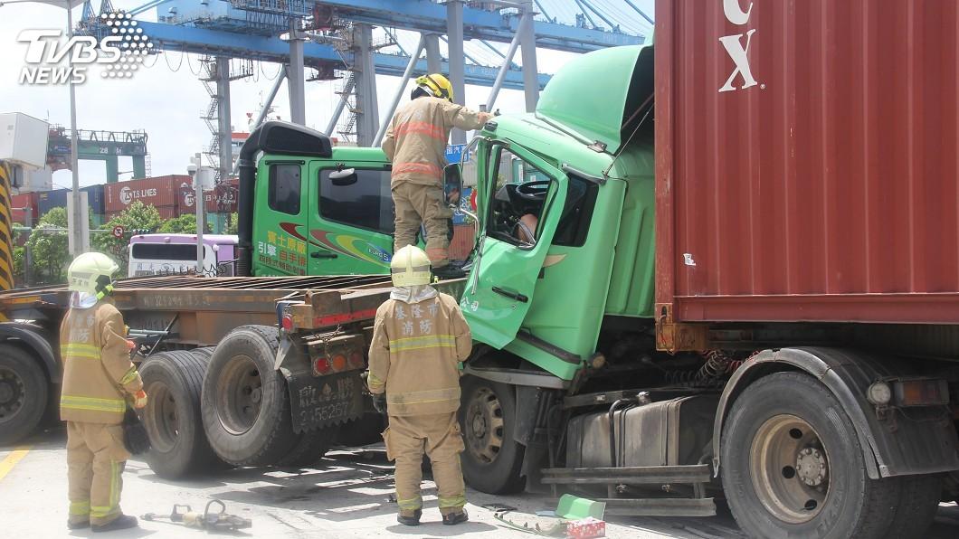 圖/中央社 台62甲貨櫃車疑失控追撞 車頭凹陷變形駕駛受困