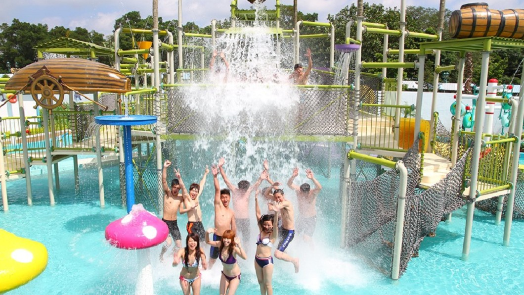 夏季玩水季,各大樂園紛紛推出優惠活動。圖/翻攝六福村主題遊樂園臉書 挺起你的鮪魚肚! 樂園玩水「鮪魚日」只要199元