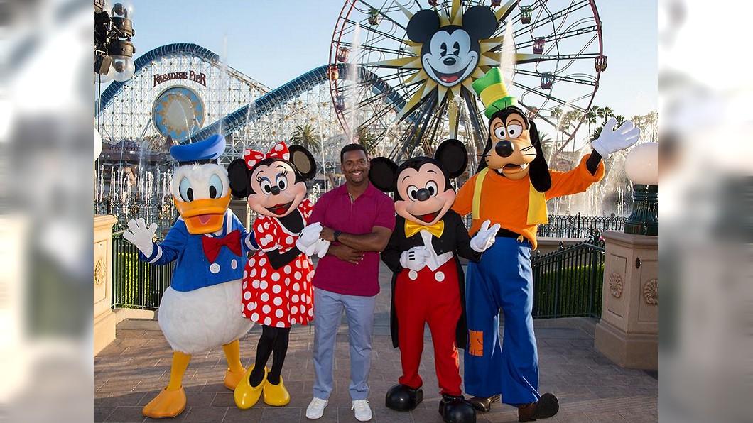 迪士尼號稱「世界上最快樂的地方」。圖/翻攝Disneyland臉書 迪士尼員工假裝開心? 繼承人「臥底」驚見員工翻垃圾吃