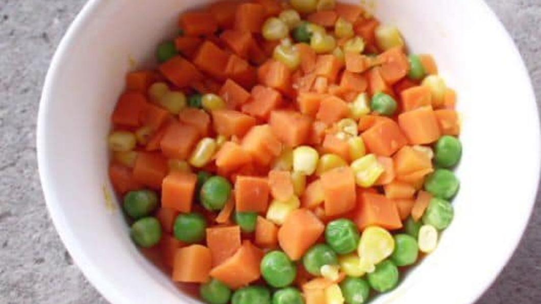 有網友看到配菜有這三色豆,紛紛直呼這我真的不行。(圖/翻攝自爆怨公社)