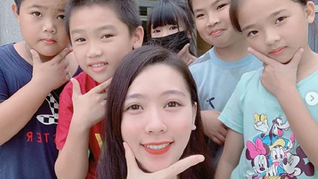 超美女教師與學生開心合照。圖/翻攝自劉芳岑IG
