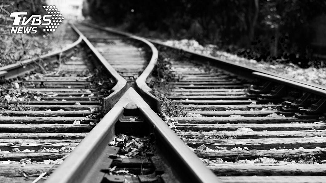 示意圖/TVBS 鐵道迷「頭探窗外」撞死 火車公司遭罰千萬鉅款