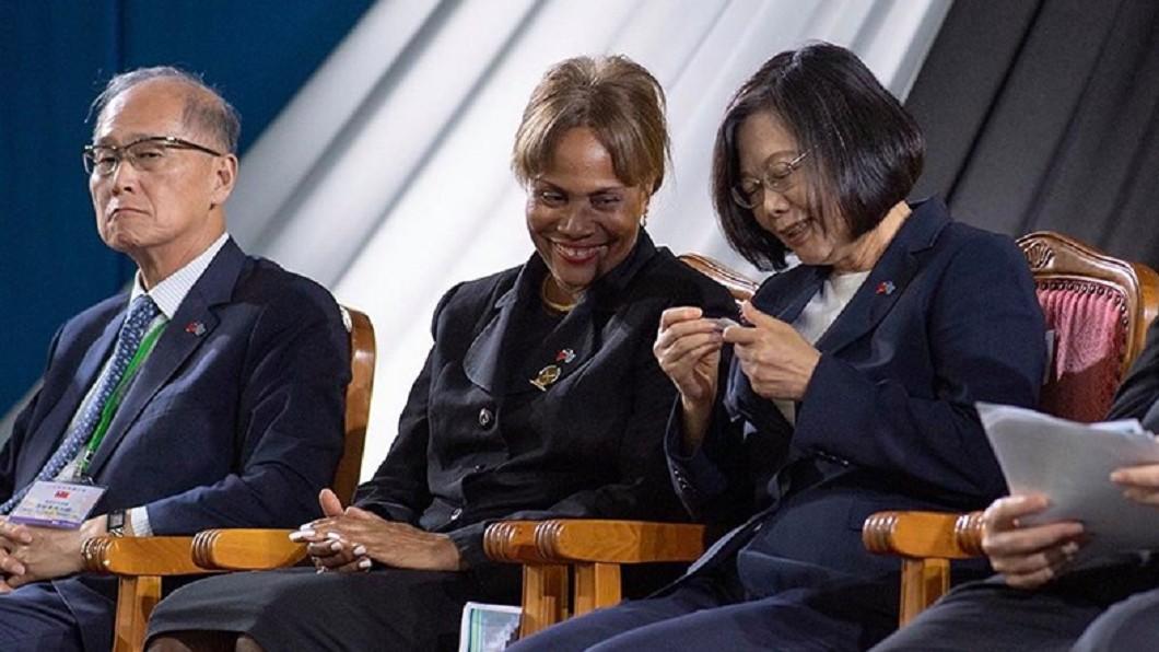 圖/翻攝自蔡英文 Tsai Ing-wen臉書 臉書秀「總統級小抄」 蔡英文:每天都在崗位上努力