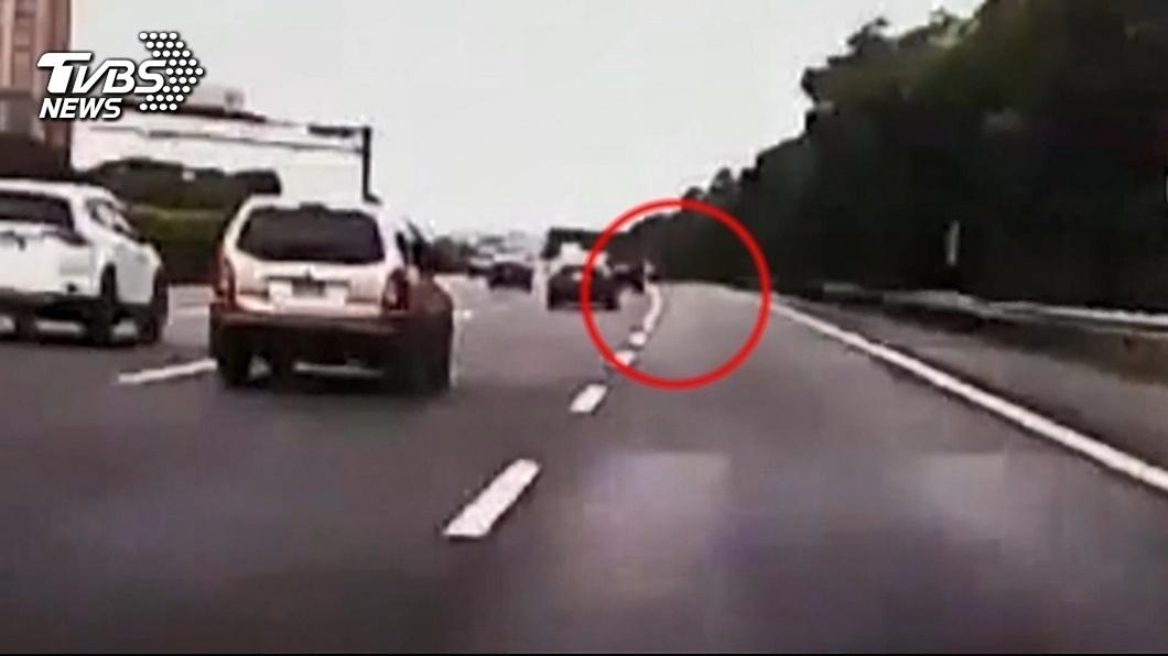 圖/TVBS 「誰掉的排氣管」? 轎車輾過底盤毀 難求償