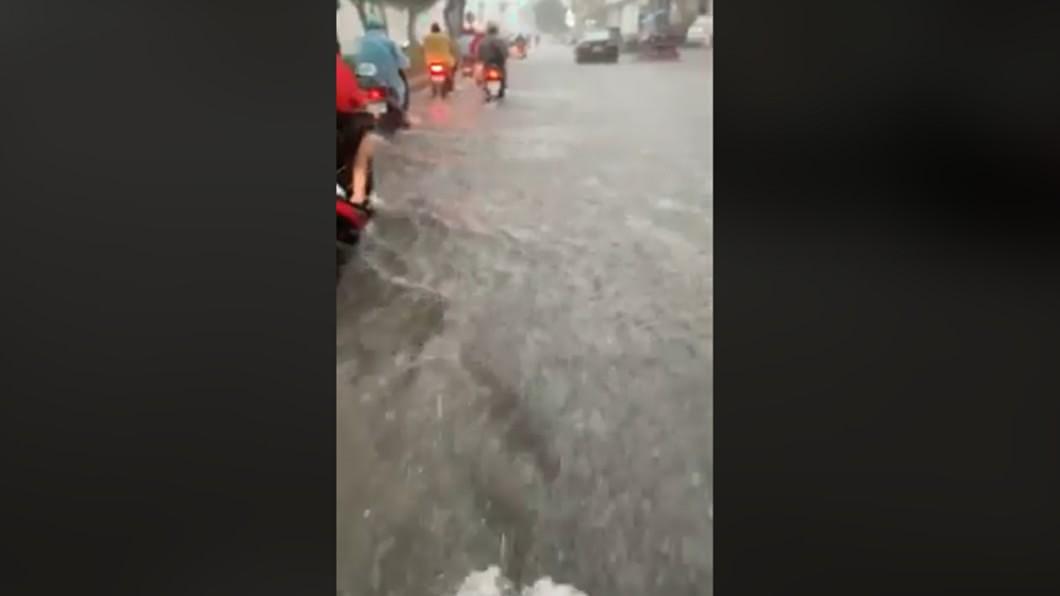 圖/翻攝爆廢公社 高雄大雨轟炸嚴重淹水 網曝災情:騎車像玩漂漂河