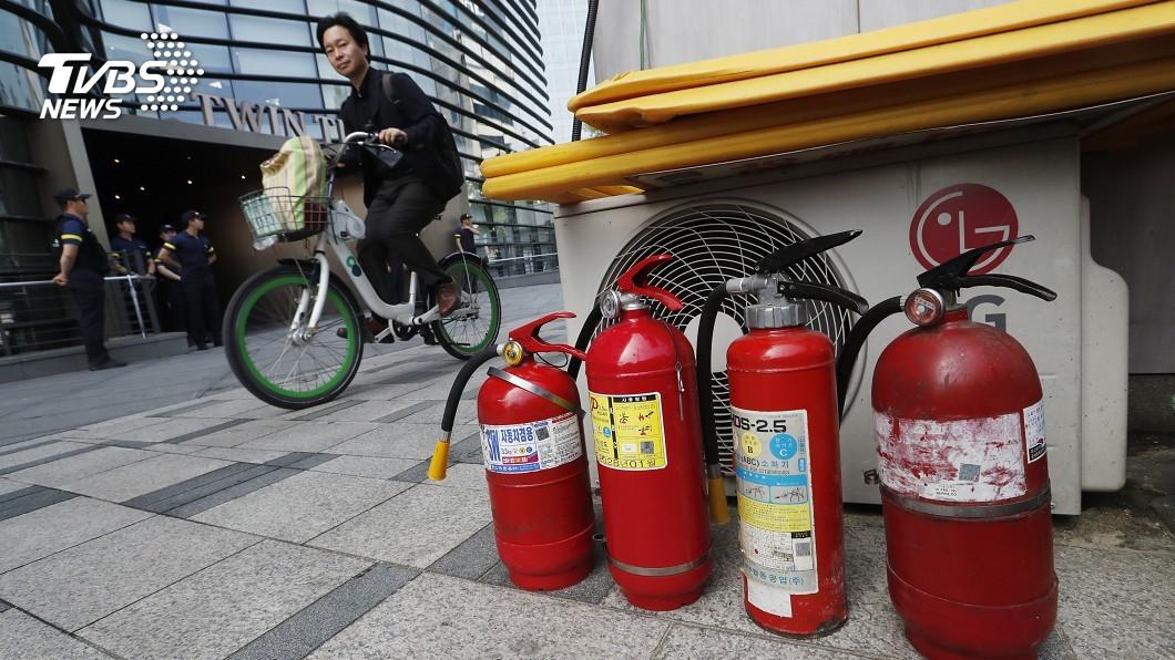 圖/達志影像美聯社 疑因日韓貿易爭端 韓老翁日使館前自焚
