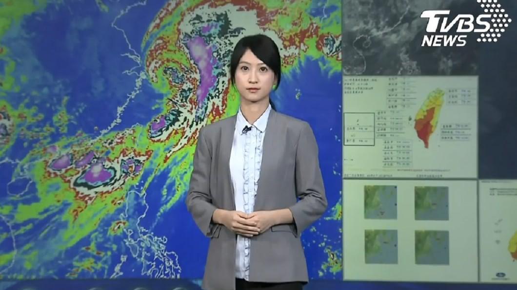 昨(19日)氣象局的記者會上,預報員謝佩芸意外成為網友討論焦點。圖/TVBS 「氣象局學姐」仙氣爆棚 學霸背景被起底電暈網友