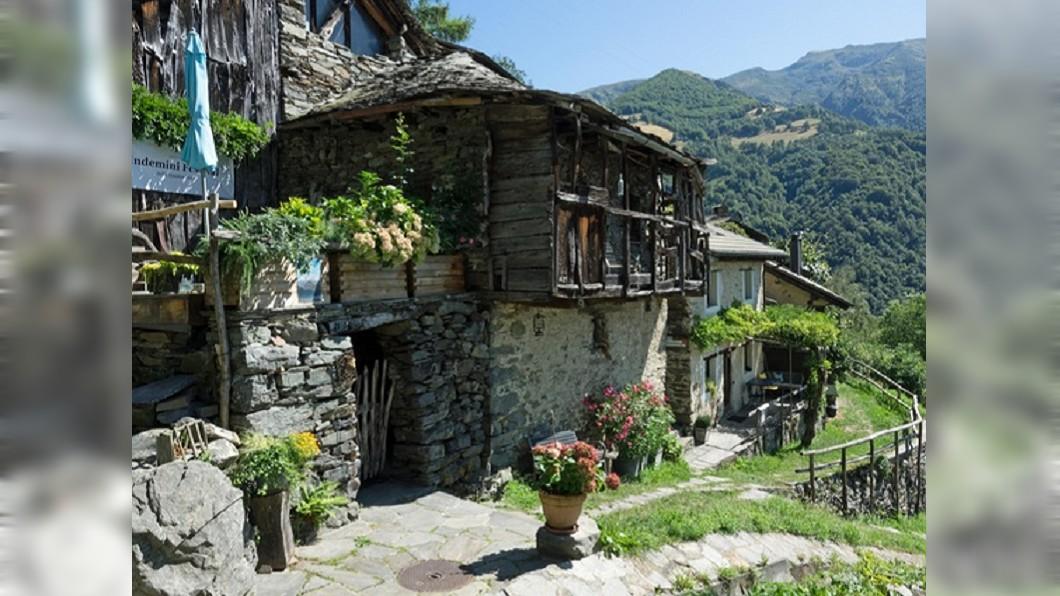 其中1間待出售的石頭小屋。圖/翻攝swissinfo.ch