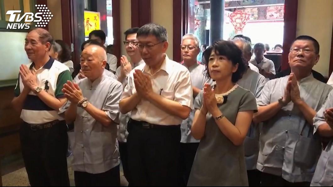柯文哲與妻子陳佩琪前往台南正統鹿耳門聖母廟參拜。圖/TVBS 韓國瑜平日市政、假日選舉 柯P:幾點工作、幾點下班?