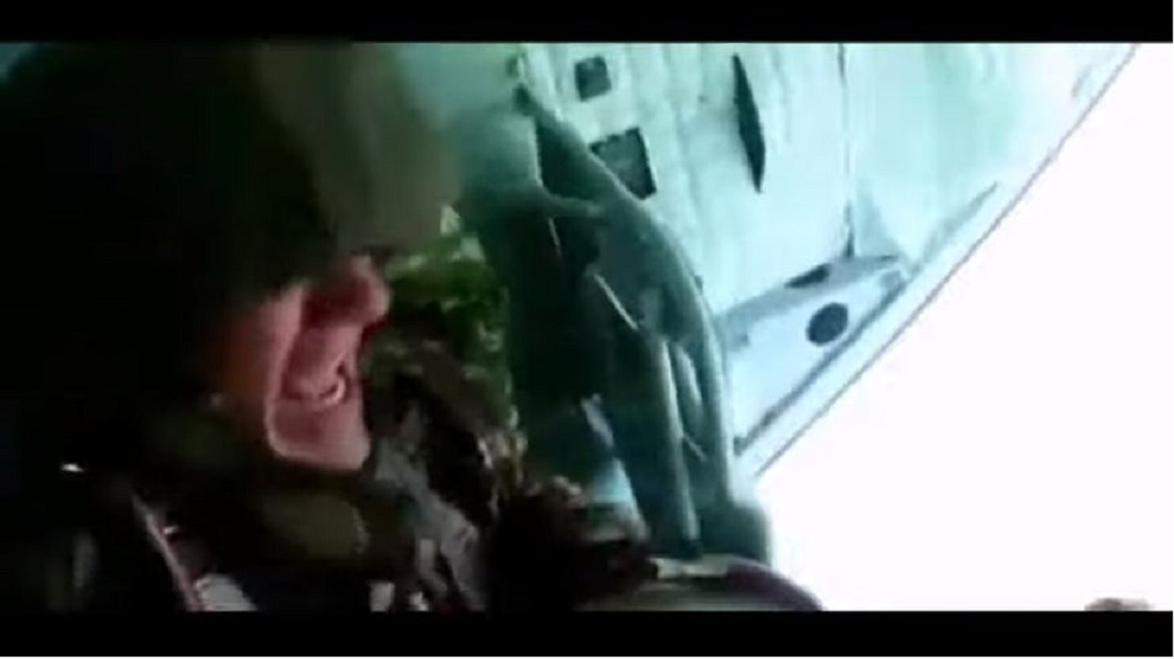 一名軍校生在執行跳傘訓練時,因為害怕腿軟,遲遲不敢往下跳。(圖/翻攝自YouTube) 軍校生跳傘腿軟尖叫 教官直接扔下機