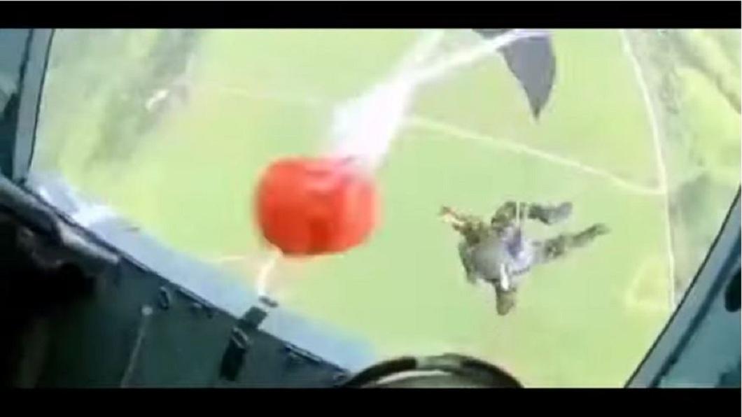 教官在一旁直接將該名學員扔下機。(圖/翻攝自YouTube)