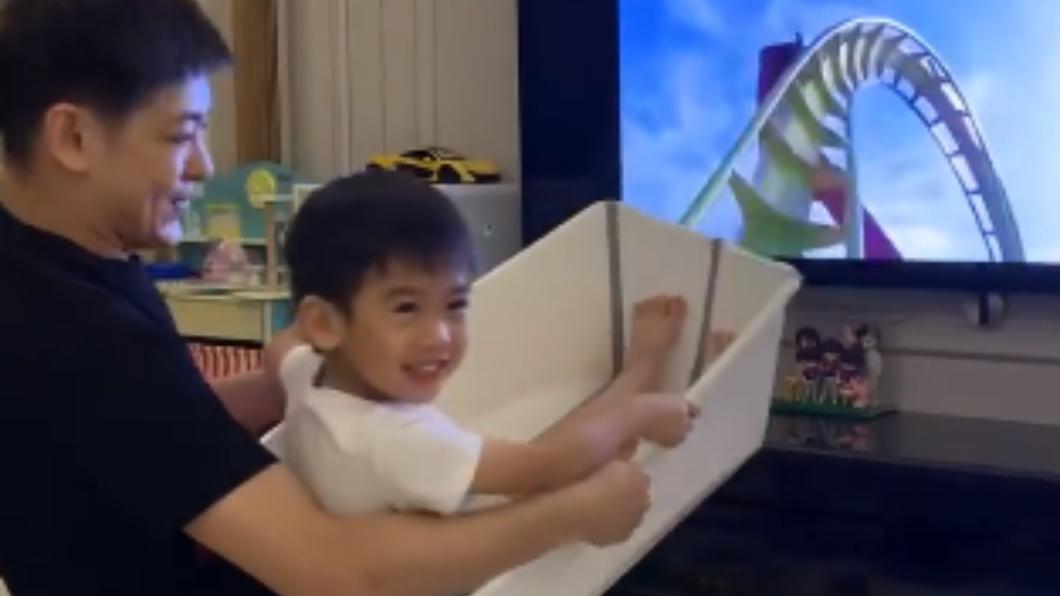 藝人林志穎抱3歲兒Jenson玩人體雲霄飛車。圖/翻攝自林志穎微博