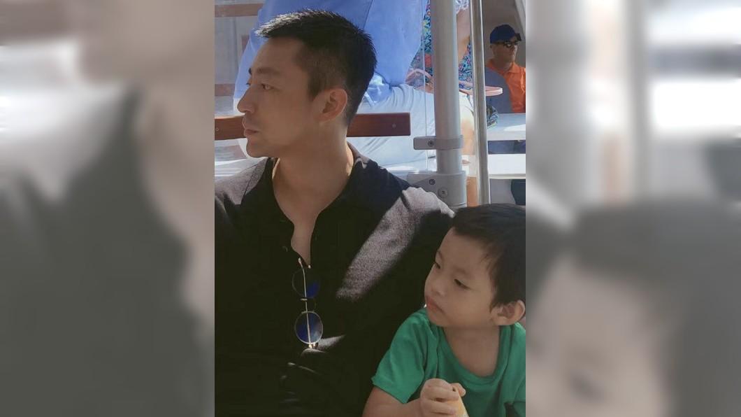 許多網友認為汪小菲和兒子的側面照也長很像。圖/翻攝汪小菲微博
