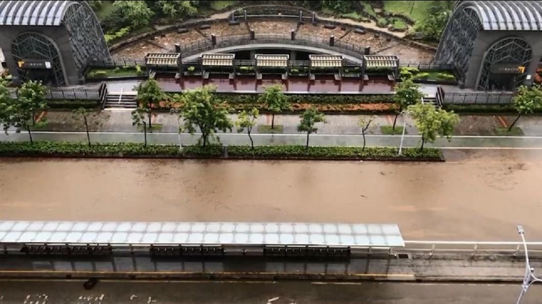 大安森林公園周邊淹水嚴重。圖/翻攝爆廢公社臉書