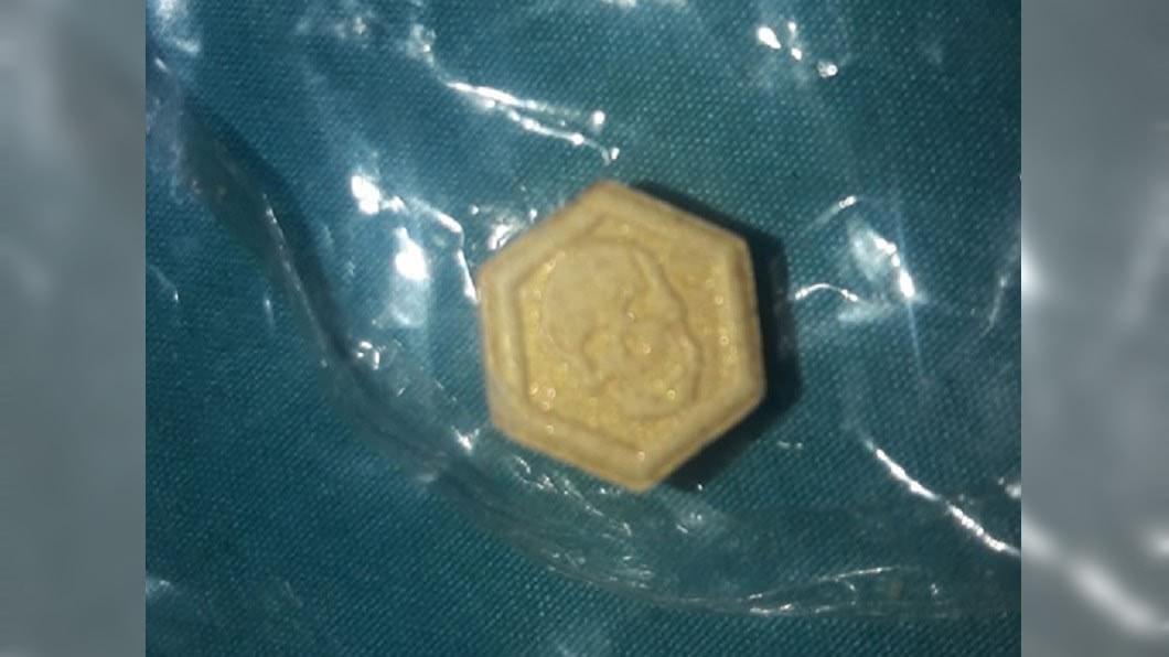 藥丸上印有骷髏頭的圖案。 圖/翻攝臉書