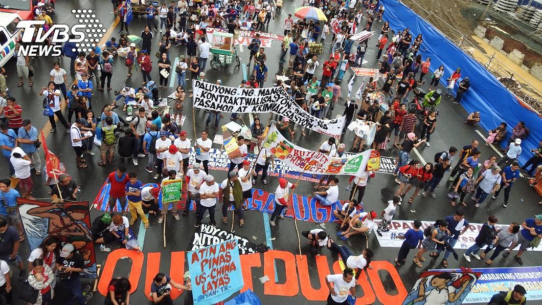 杜特蒂發表國情咨文 數千民眾為主權上街頭(圖/中央社) 菲國民眾上街遊行 訴求彈劾總統杜特蒂