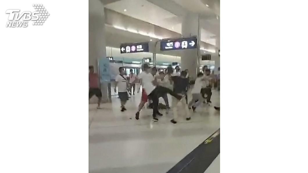 圖/達志影像美聯社 白衣暴徒闖元朗站狂毆 港警竟神隱2小時