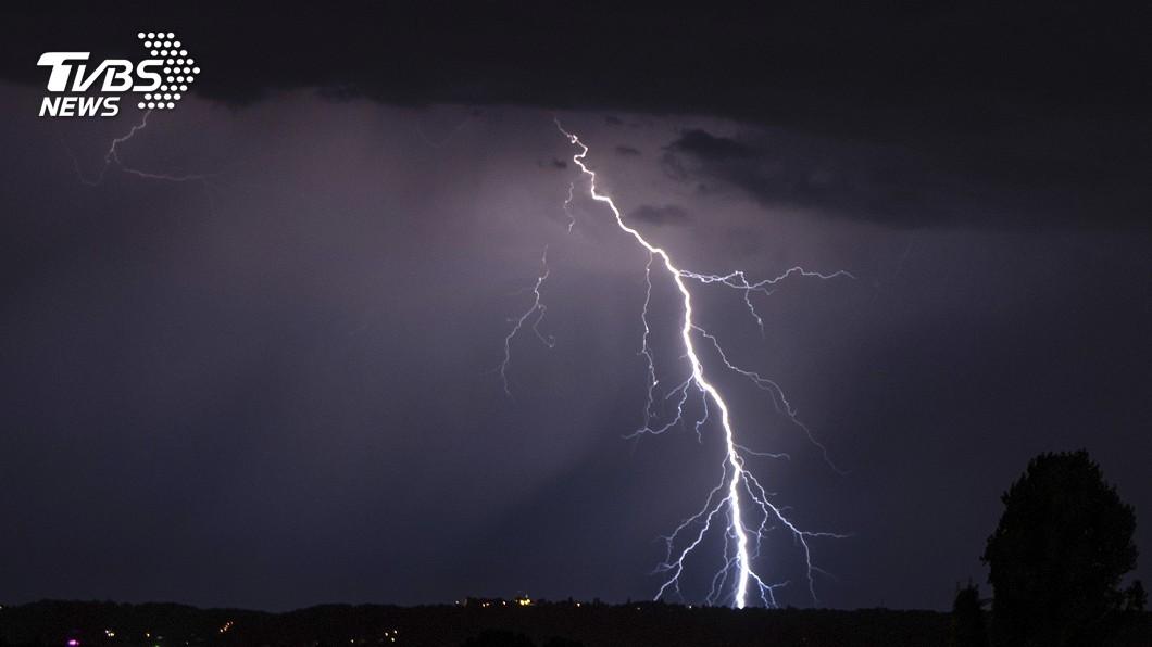 圖/達志影像美聯社 閃電突襲佛州坦帕海灘 中年男當場遭雷擊命危