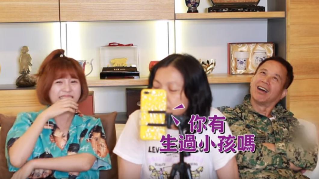 一家三口玩交友軟體的逗趣畫面。圖/翻攝自技安 CHI AN YouTube