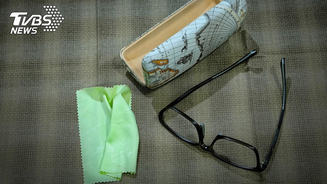 圖/shutterstock 網友驚「眼鏡布不能擦鏡片」 驗光師曝正解