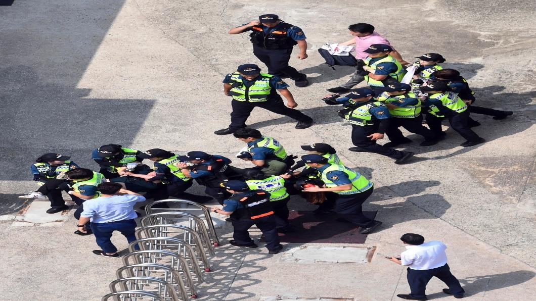 圖/達志影像美聯社 韓大學生闖日本使館遭逮 法院開賣日企資產