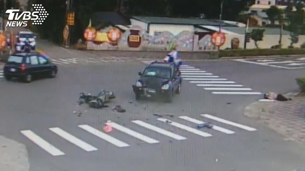 圖/中央社 苗栗機車撞轎車 騎士彈飛空翻2圈重摔落地