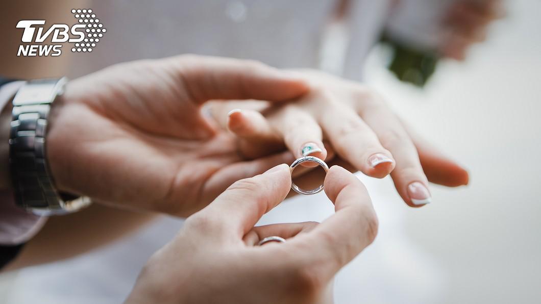 面對男友求婚時,不少女性都希望能擁有特別的戒指。(示意圖/TVBS) 男友賣房換鑽戒求婚 她爽曬「百萬紫戒」挨轟:這是玩具
