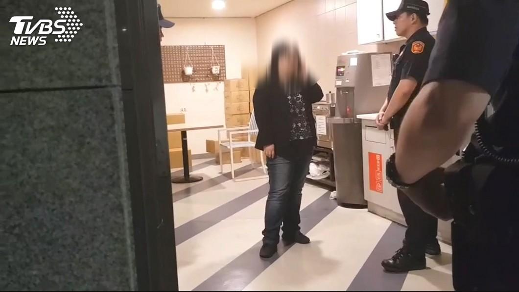 新北市勞工局一名女員工持刀欲砍副局長,警方獲報將人逮捕。(圖/TVBS) 新北勞工局女員工追砍副局長 母:有人用腦波控制我女兒