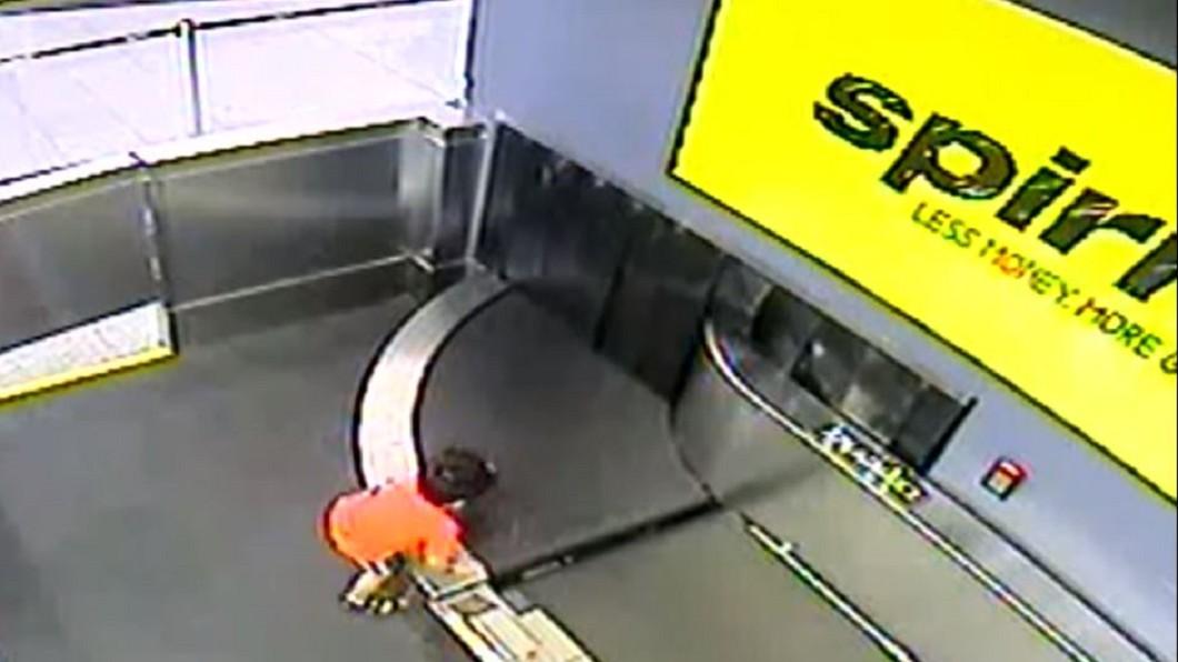 圖/翻攝自WSB-TV YouTube 2歲童爬行李輸送帶 一路捲到行李間骨折