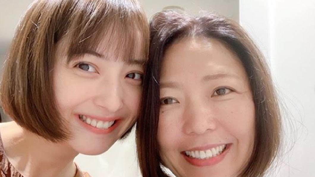 佐佐木希〈左〉與友人合照。圖/翻攝自佐佐木希Instagram