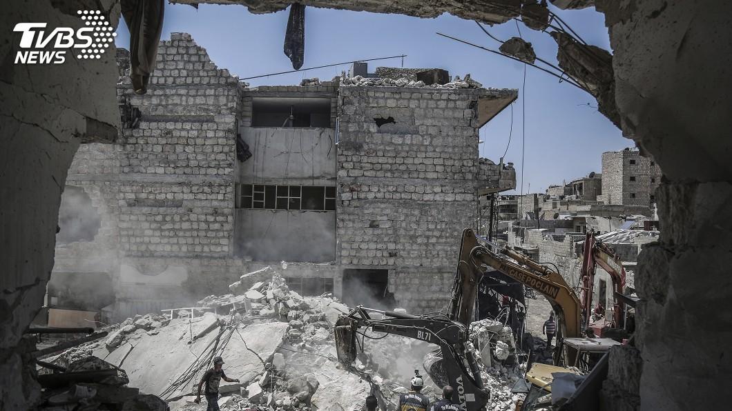 圖/達志影像美聯社 揪心!敘利亞衝突最新寫照 5歲女童瓦礫堆中拼死救妹