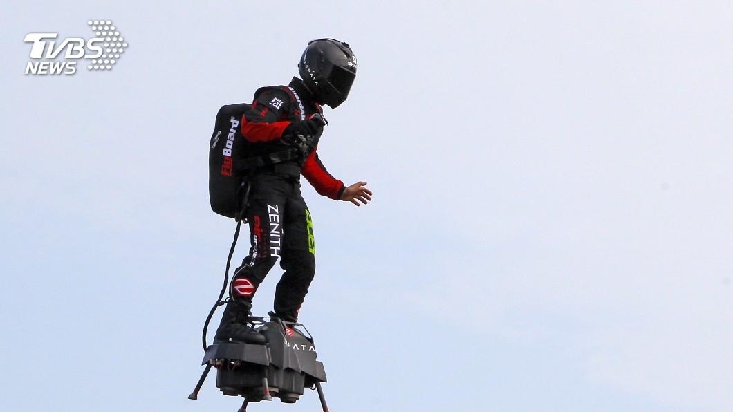 圖/達志影像美聯社 駕「飛行滑板」渡英吉利海峽 發明家失敗落海