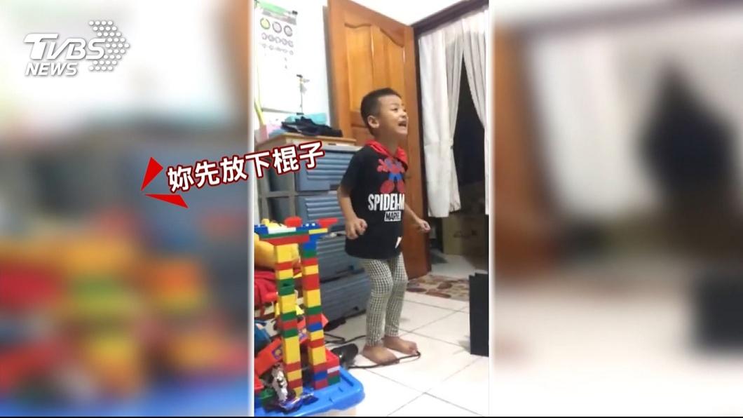圖/TVBS 「看我在發抖耶」5歲童演腳狂抖 求媽別打