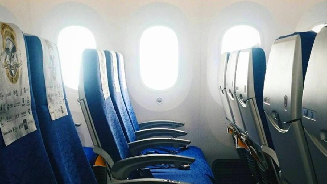 波音787客機的窗戶沒有遮陽板,而是使用電控玻璃。圖/翻攝FlyScoot臉書 飛機驚見「神秘按鈕」 內行人曝:功能超先進!