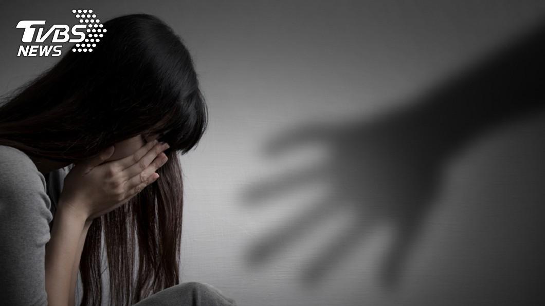 男大生因缺錢花用,竟假扮警察勒索和性侵賣淫單親媽。(示意圖/TVBS) 男大生缺錢假扮便衣警察 勒索單親媽還硬上