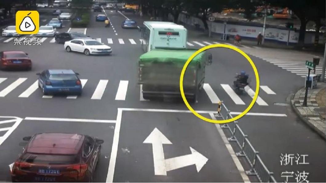 大貨車轉彎前疑似沒注意到旁邊有輛電動自行車。(圖/翻攝自梨視頻)