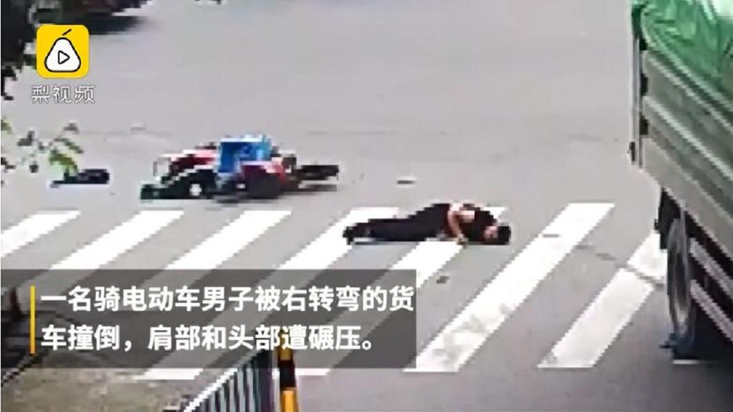 浙江寧波日前發生大貨車撞倒電動自行車騎士的交通事故。(圖/翻攝自梨視頻) 奇蹟!騎士遭大貨車輪輾頭 靠「這個」生還連醫師都訝異
