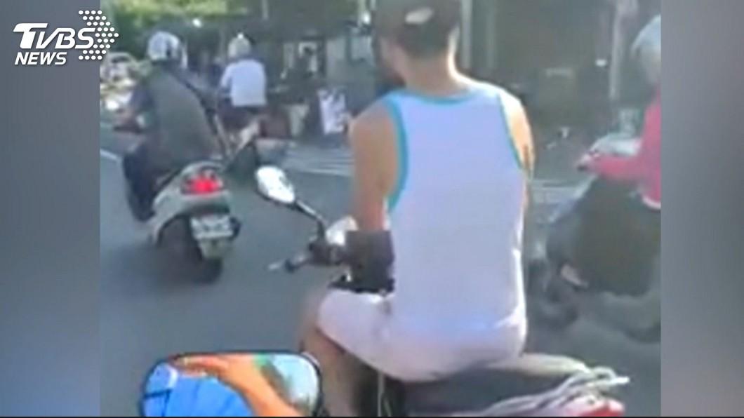 男子單手騎車23秒遭民眾錄影檢舉。(非當事人,示意圖/TVBS) 男「單手騎車23秒」被檢舉 法官:騎得平穩免罰