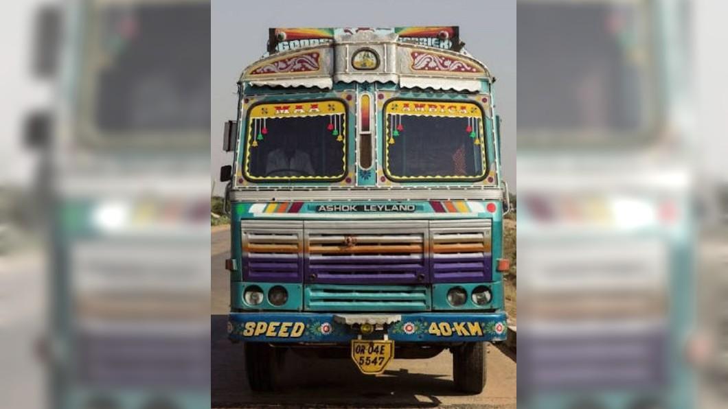 圖/翻攝自美食丶旅行和摄影微博 移動中的藝術品! 印度卡車彩繪豐富艷麗