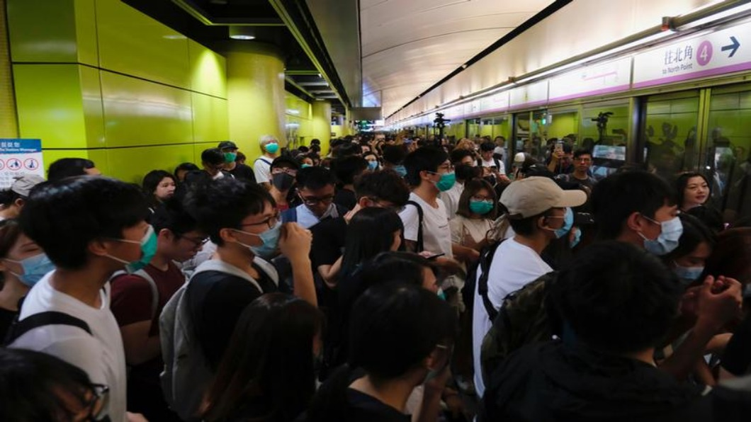 圖/達志影像路透 香港青年求救電話增 動亂不安引焦慮
