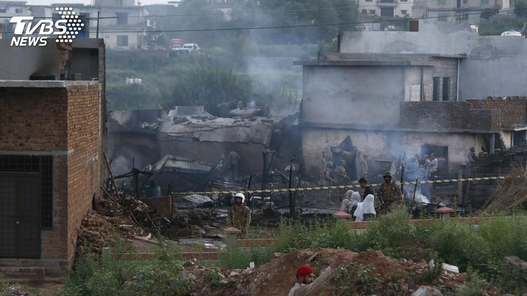 圖/達志影像美聯社 軍機墜毀波及住宅區釀18死 居民:被巨大的爆炸聲吵醒