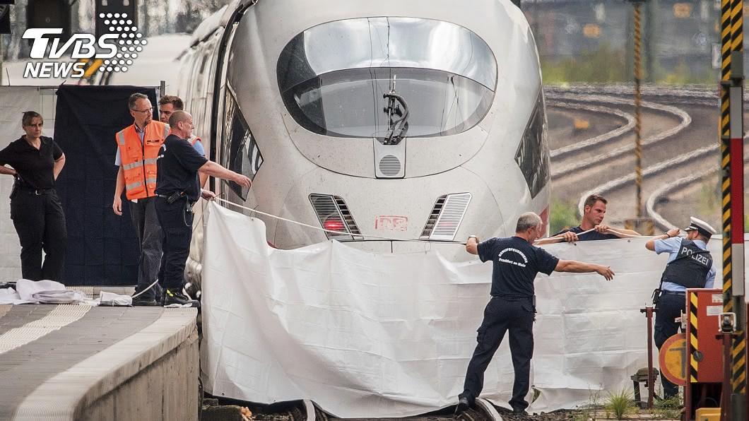 德國法蘭克福車站驚傳命案,警方到場處理。圖/達志影像美聯社 月台等車遭「隨機推落」 8歲男童被列車輾過慘死