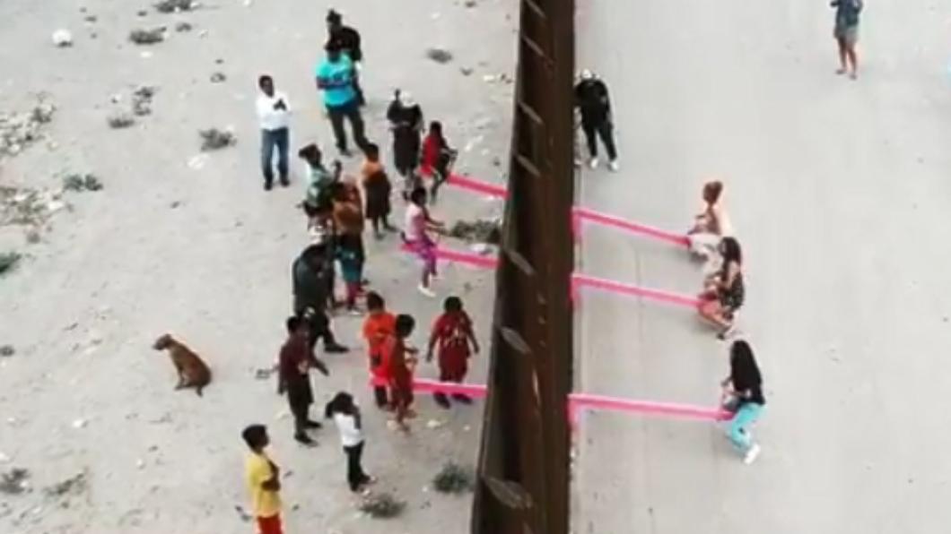 圖/翻攝自Ronald Rael Instagram 分隔不了童真!美墨圍牆裝粉紅蹺蹺板 2國孩童開心共玩