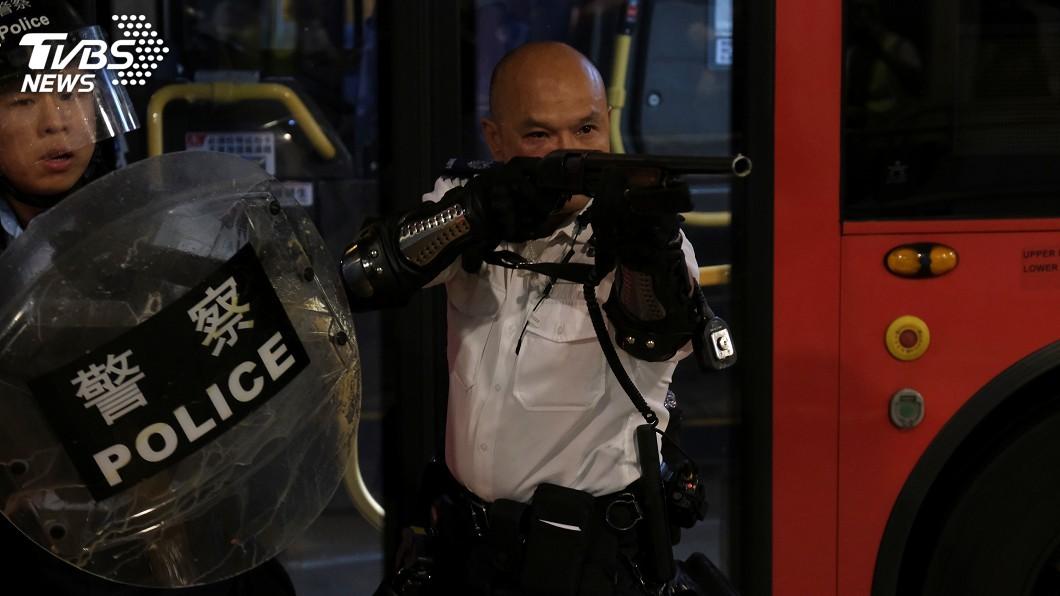 圖/達志影像路透社 香港葵涌警署被圍 警察舉霰彈槍喝退示威者