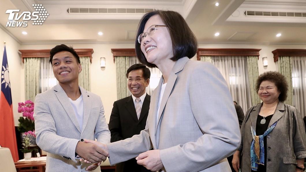 圖/中央社 接見青年拳王 蔡總統笑問:我們屏東人特別會打拳嗎?