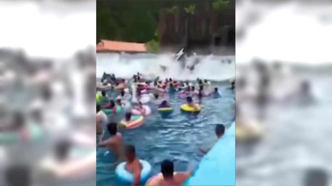圖/翻攝自新浪視頻 水上樂園設施故障 「海嘯級」巨浪多人骨折重傷