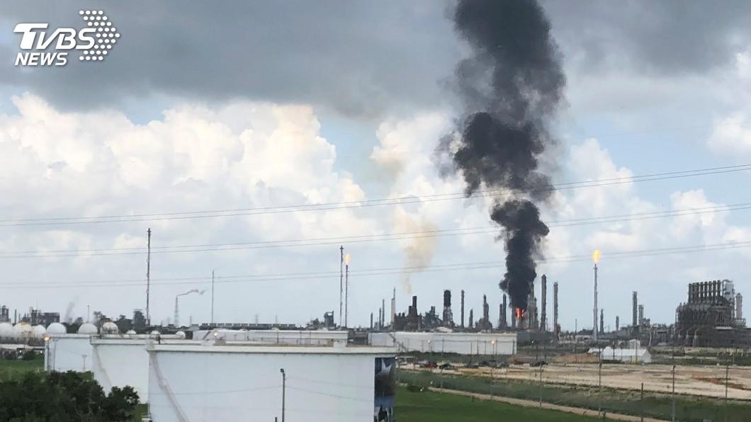 圖/達志影像路透社 德州煉油廠爆炸起火黑煙竄天 已知66人受傷