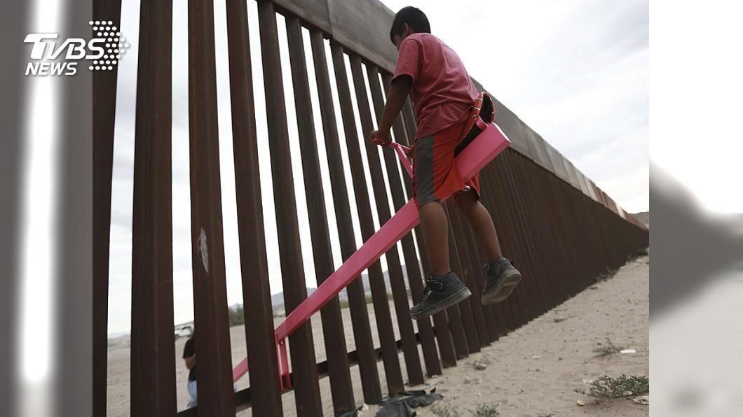 圖/達志影像美聯社 歡樂無國界! 蹺蹺板跨越美墨邊境高牆