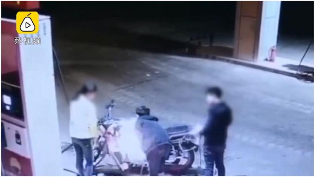 男子遭拒之後,竟拿出打火機朝正在加油的機車點火。(圖/翻攝自梨視頻)