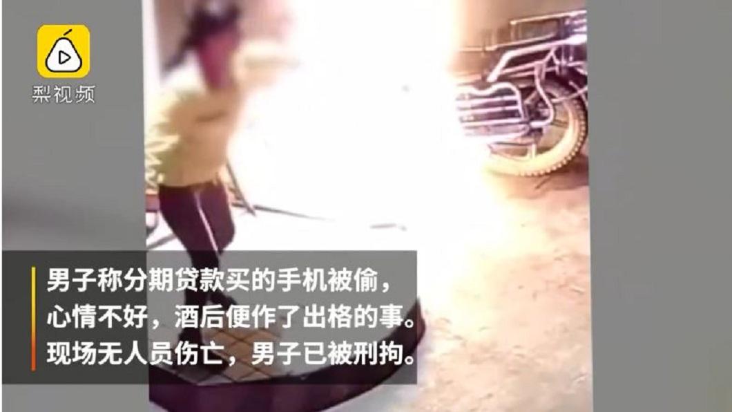 女員工立刻大聲呼救,其他民眾聞訊立刻用滅火器將火勢撲滅。(圖/翻攝自梨視頻)